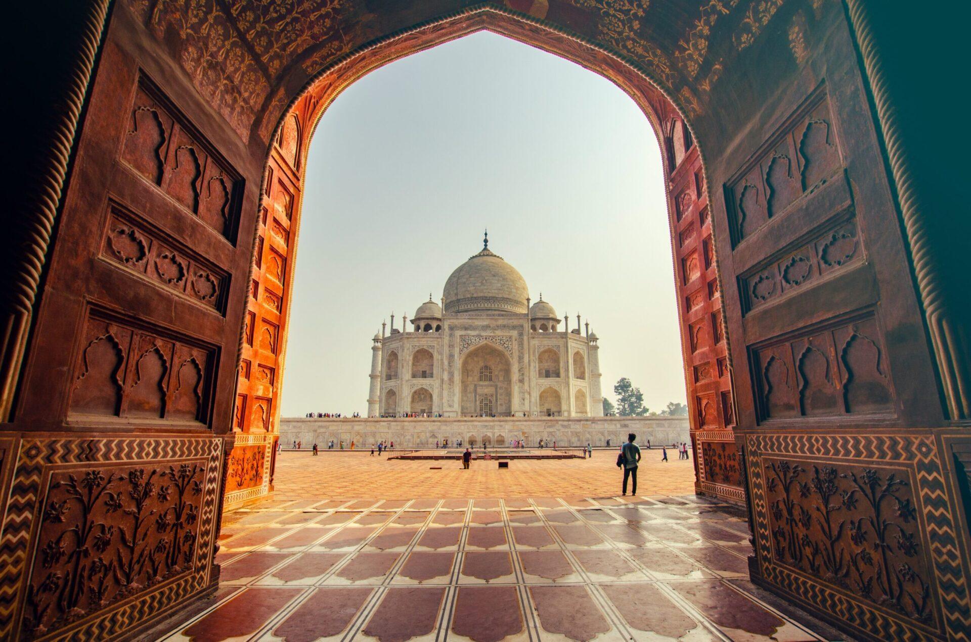 Taj Mahal viser sig igennem en stor port i Indien
